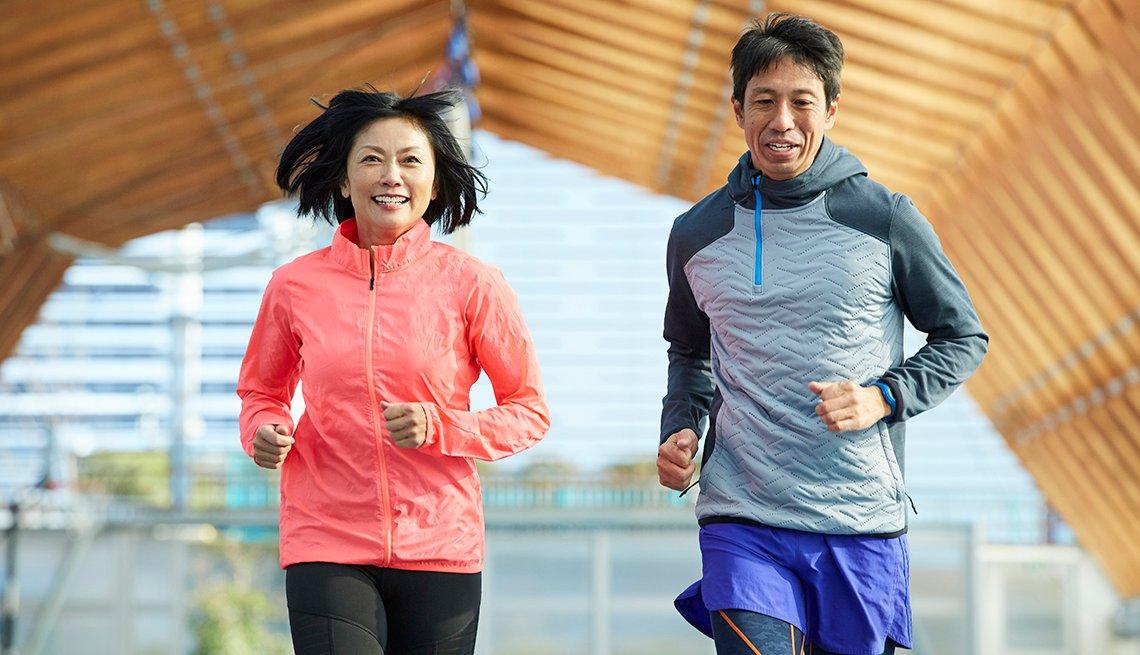Una pareja corriendo