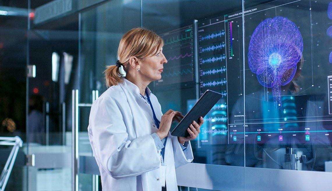 Una mujer trabaja en un laboratorio