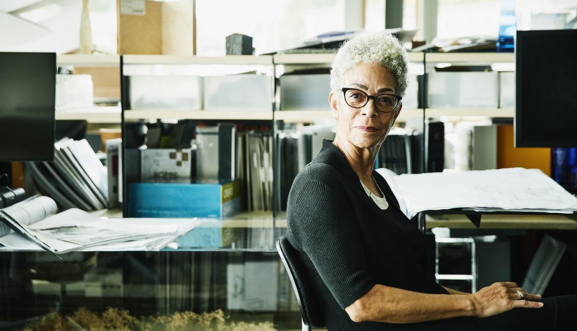 Una mujer sentada en su oficina