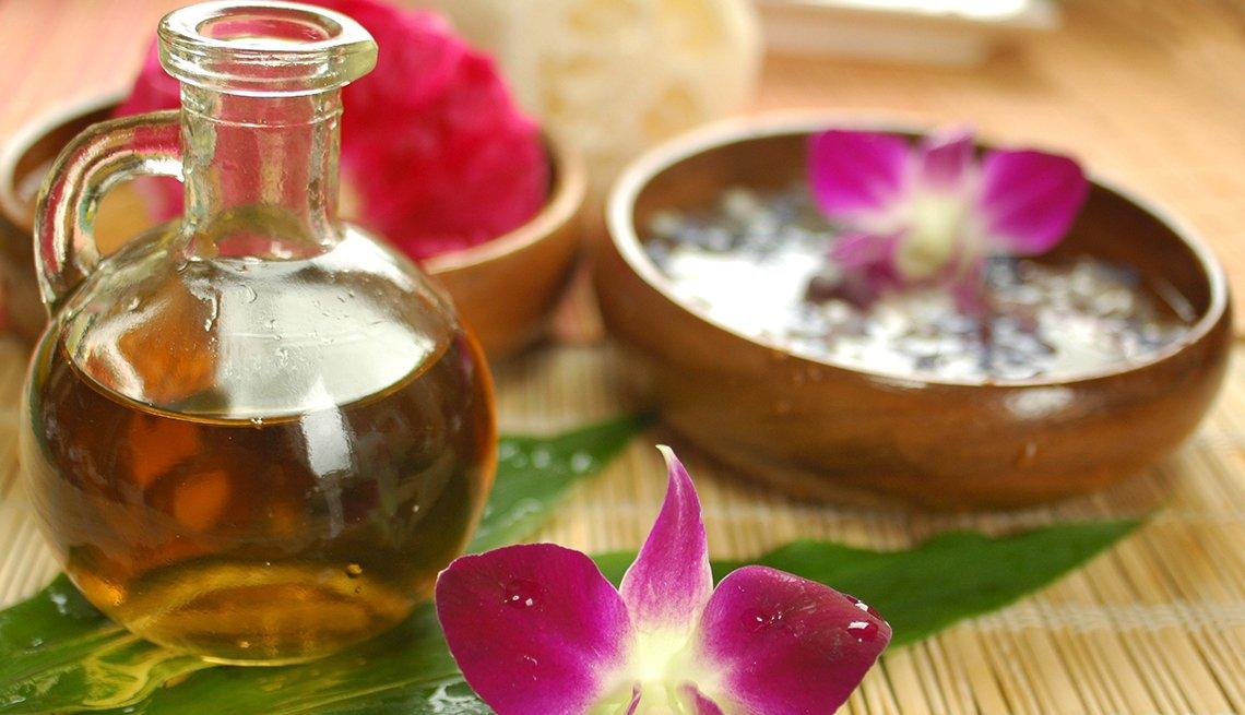 Aceite de oliva y flores sobre una mesa