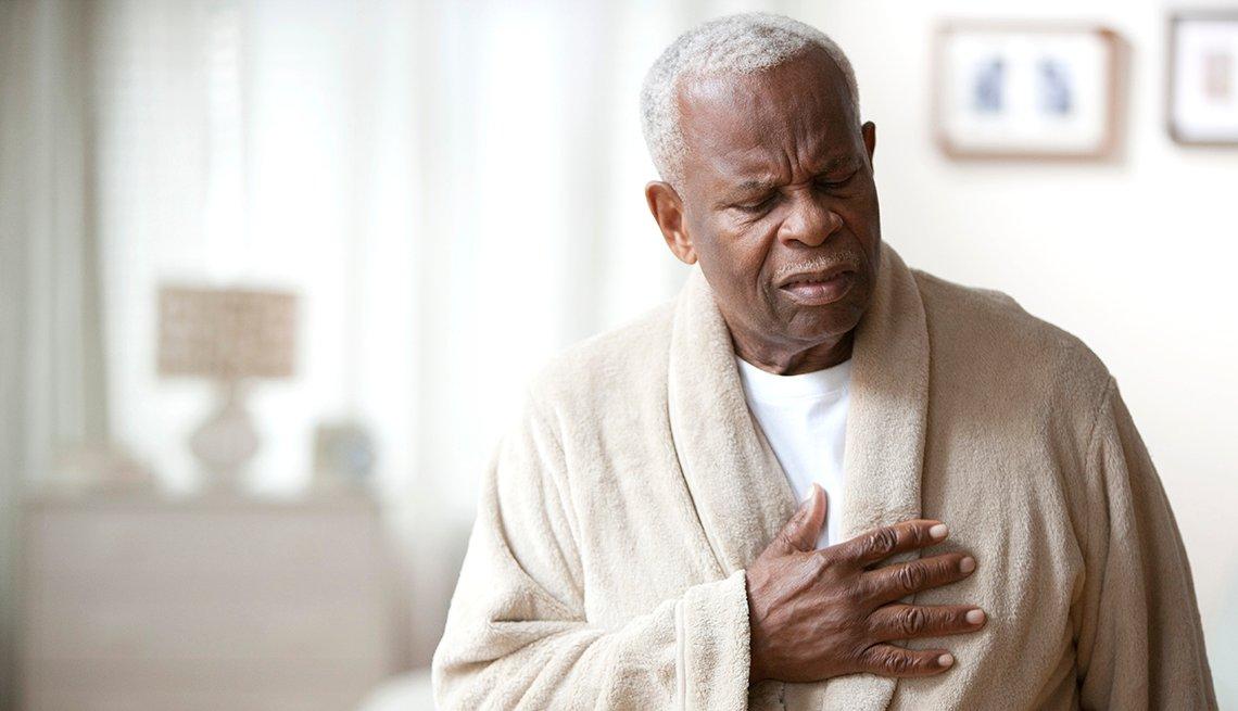Hombre mayor con su mano en el pecho