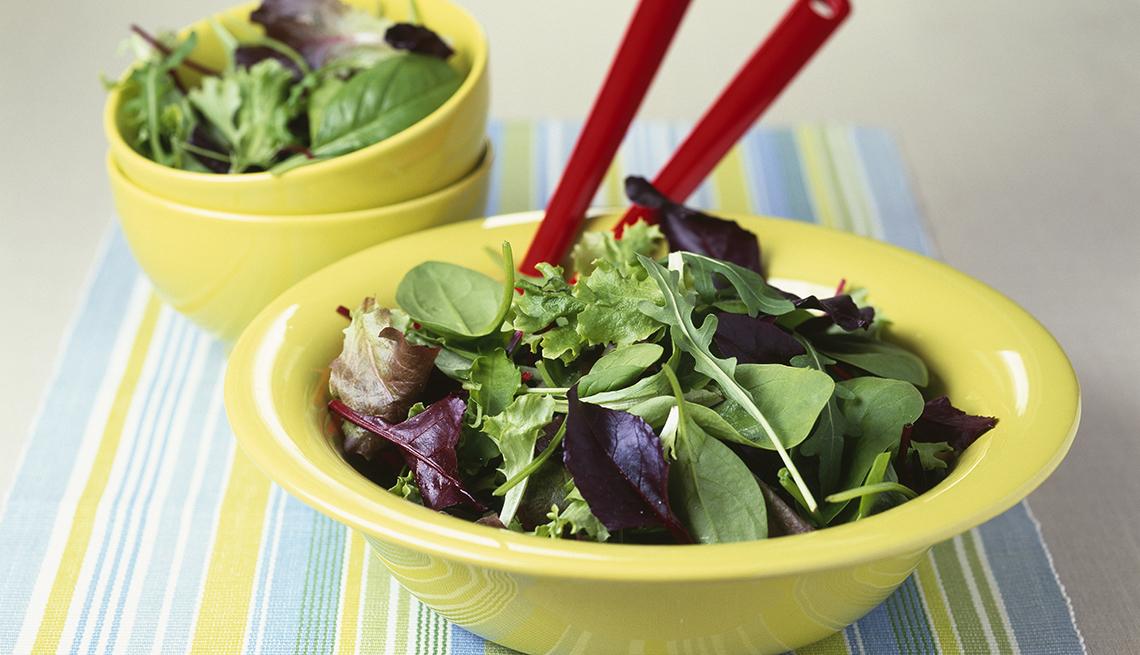 Platos con ensalada verde