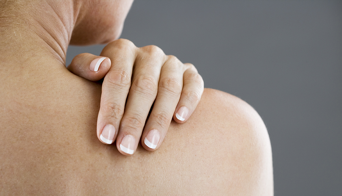 Una mujer con su mano en el hombro