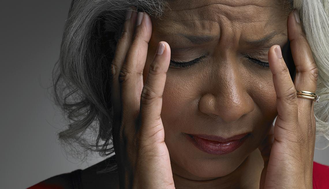 Mujer madura con dolor de cabeza