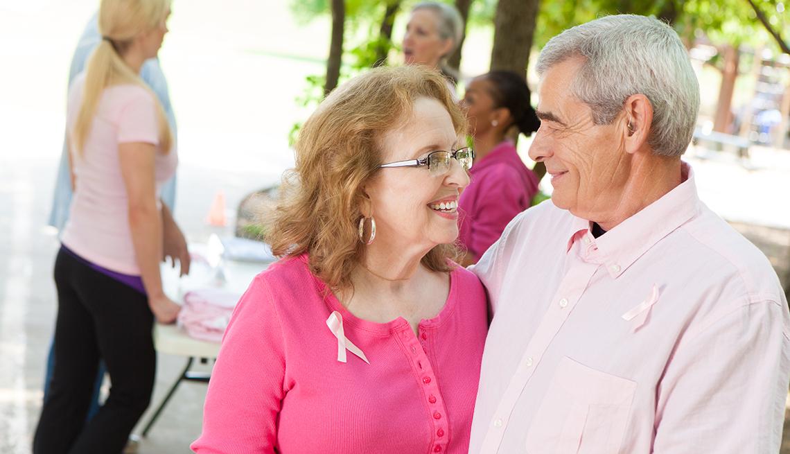 Mujer sobreviviente de cáncer de mama con su esposo.