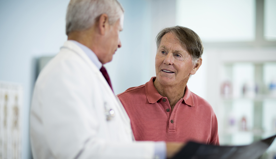 ¿Cómo hacen los médicos un examen de próstata?