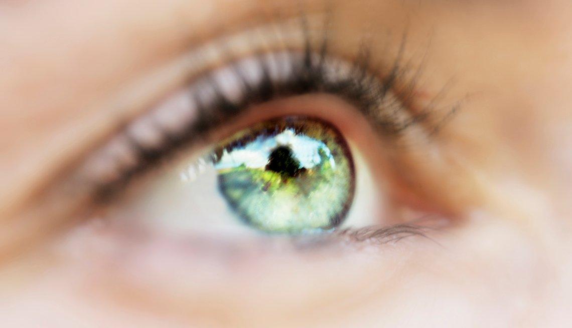Toma cercana de un ojo de color verde.