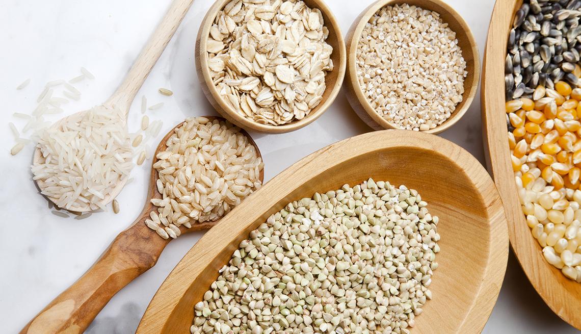 Una mesa con diversos cereales - Cereales sin gluten pueden tratar la enfermedad celíaca.