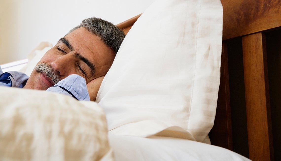 Hombre de mediana edad durmiendo.