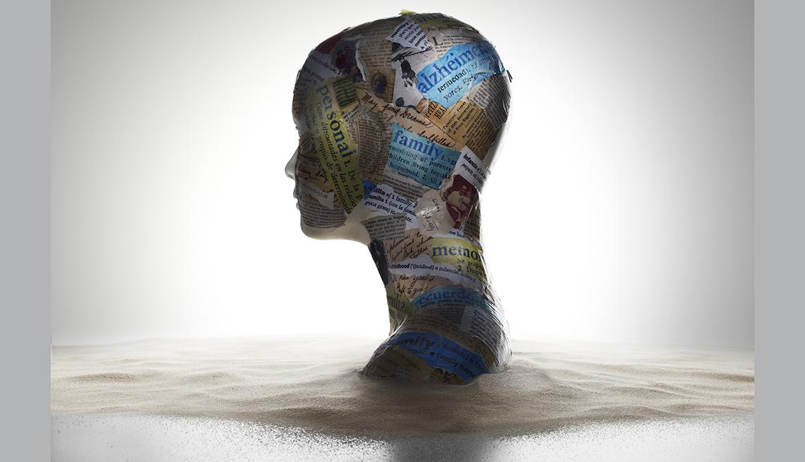 Cabeza de maniquí confeccionada a partir de recortes de periódicos.