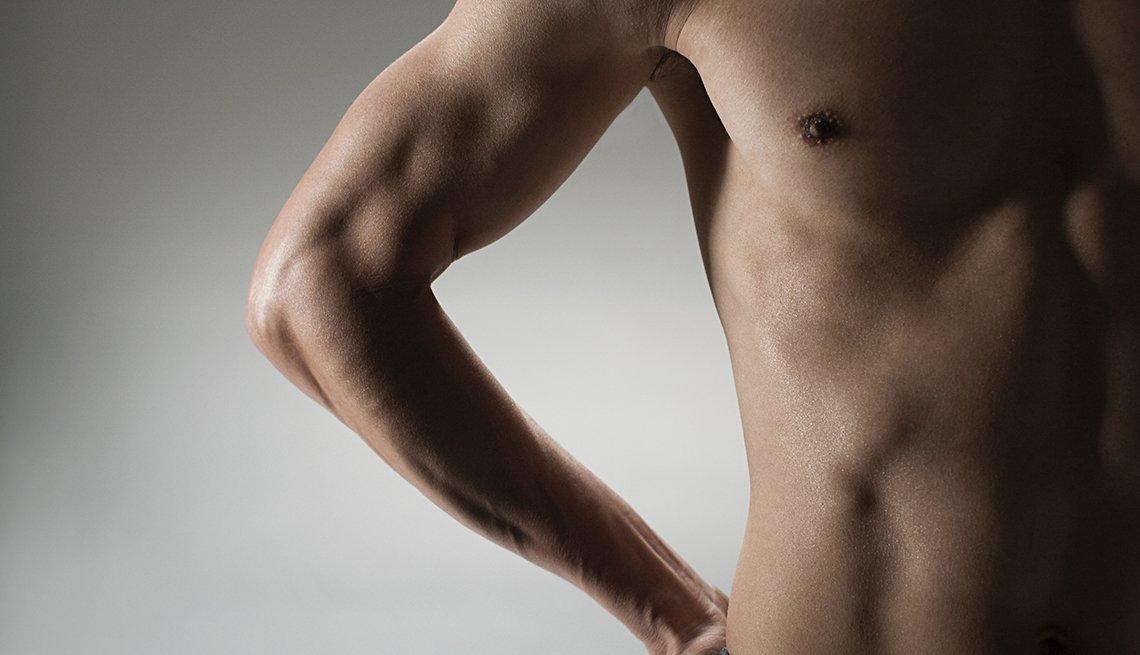 Pecho muscular de un hombre.