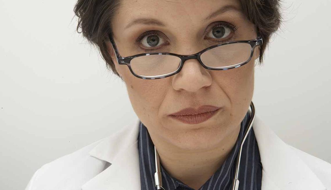 Doctora mira por encima de sus lentes.