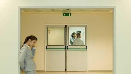 Mujer preocupada en un hospital