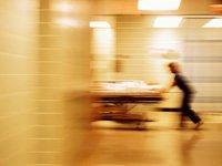 Enfermera corriendo de un paciente en una camilla por un pasillo. Cómo evitar el reingreso hospitalario.