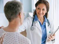 Doctora hablando con su paciente - Se aconseja a los hispanos a visitar a sus médicos