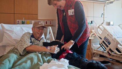 Kathy Borgman y su perro labrador: Snickers, visitan a Virgil Mascarenas en un hospital de Lone Tree en Colorado.