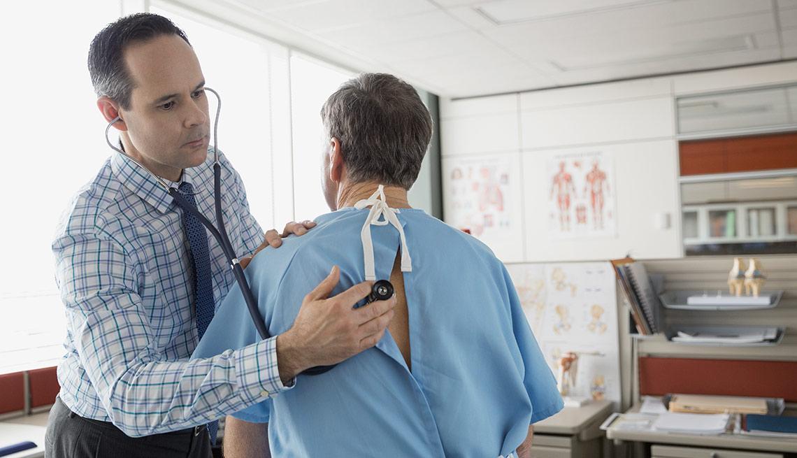 Médico revisando su paciente - Cómo escoger un médico