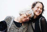 Retrato de dos mujeres sonrientes ilustran la historia de tomar drogas pueden ayudar contra la enfermedad de Alzheimer