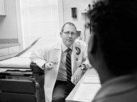 Médico y un paciente en consulta - la prescripción de antidepresivos sin un diagnóstico de la depresión es cada vez mayor y más frecuente para las personas mayores