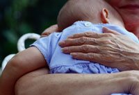 Abuela abrazando a su nieta - ¿Puede el estrógeno que se aplican a mi propagación de la piel para mi nieta?