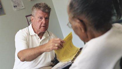 Farmacéuta que trabaja para asegurar que las personas mayores no sean mal medicadas