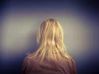 10 medicamentos que pueden provocarle síntomas de depresión - Mujer de espalda.