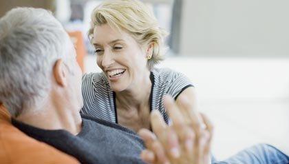 Tratamiento de la disfunción eréctil sin la pastilla azul - Pareja de adultos mayores en un sofá.