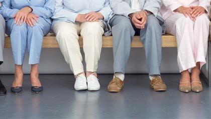 Varios adultos mayores en una sala de espera - medicamentos que causan calambres