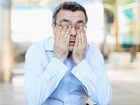 Hombre soñoliento frotándose los ojos - Efectos secundarios de las pastillas para dormir