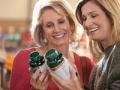 Mujeres comparando frascos de vitaminas - Vitaminas que debo tomar a los 50, 60, 70