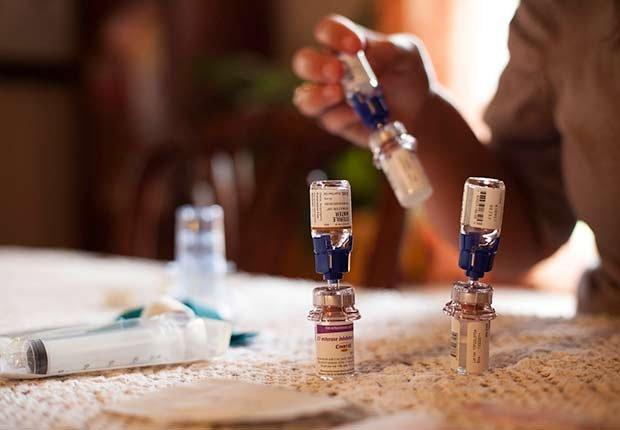 Varios frascos de medicamento para inyectar - Medicamentos costosos y necesarios