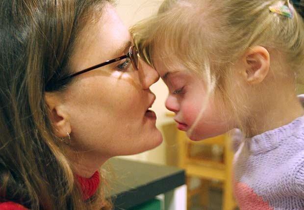 Mamá en hija juntando sus caras - Medicamentos costosos y necesarios