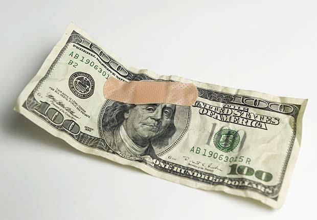 Billete de 100 dólares con una curita - Medicamentos costosos y necesarios