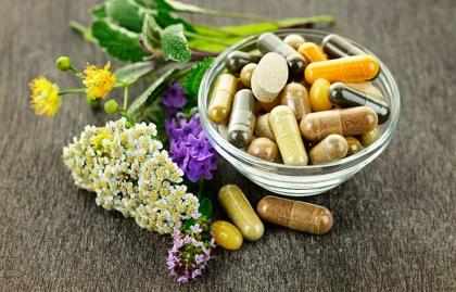 Hiervas medicinales y medicamentos en un envase - Medicamentos dañinos para la salud de tu corazón