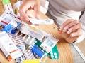 Persona examinando medicamentos expirados