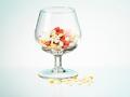 Copa de vino llena de medicamentos - Interacción entre medicamentos y el alcohol
