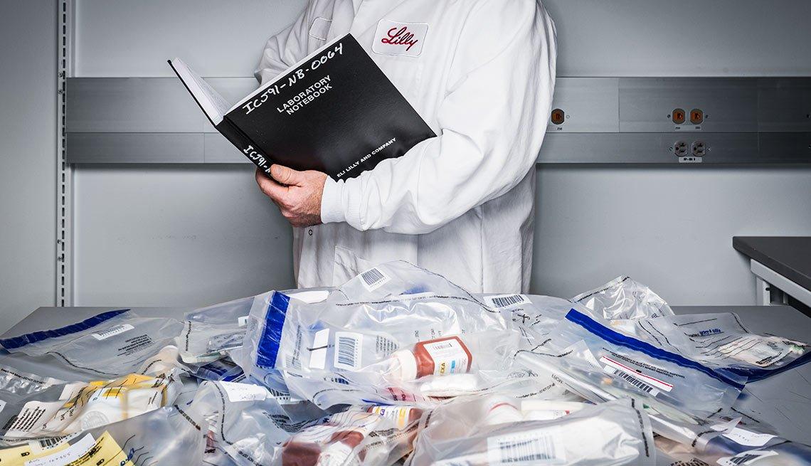 Médico y medicamentos en bolsas plásticas sobre una mesa - Medicamentos falsificados