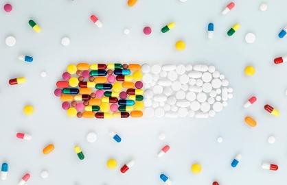 Píldoras de colores y blancas formando una gran píldora - Medicamentos que pueden causar cáncer