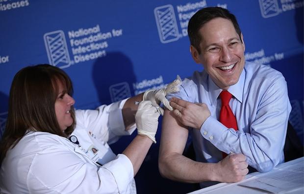El Dr. Tom Frieden, derecha, director de los Centros de Control y Prevención de Enfermedades recibiendo su vacuna