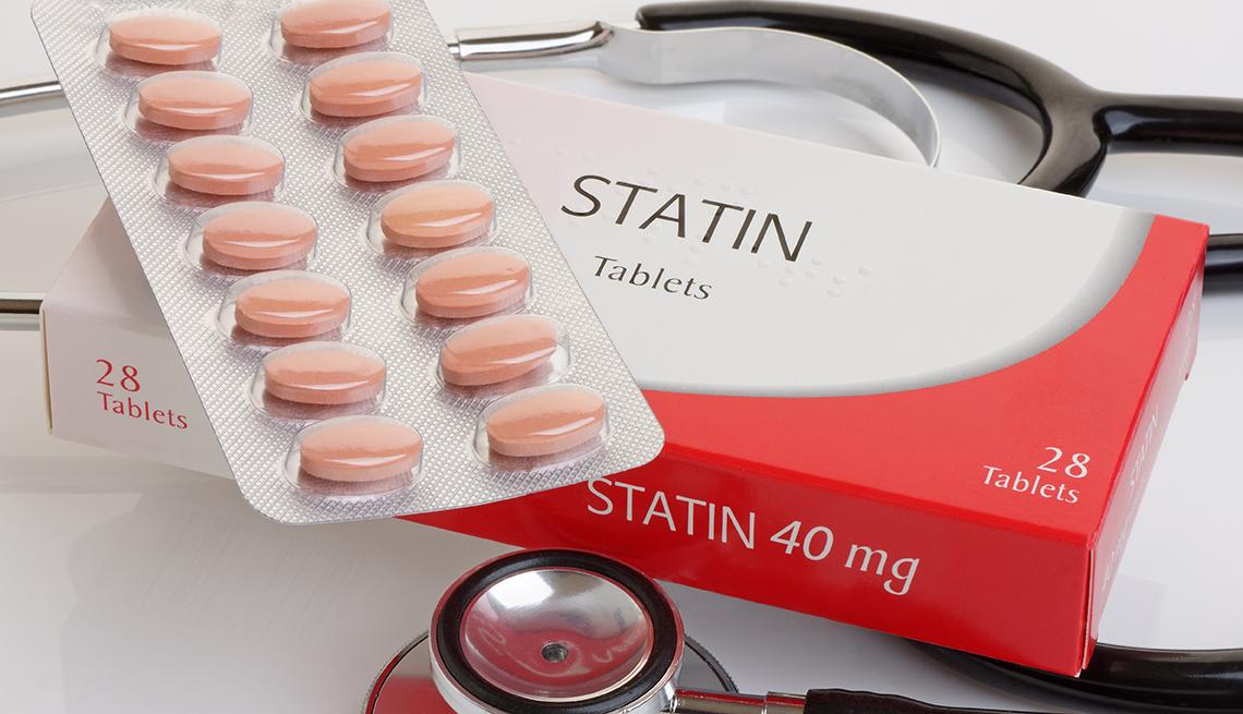 Medicamentos para el colesterol y un estetoscopio