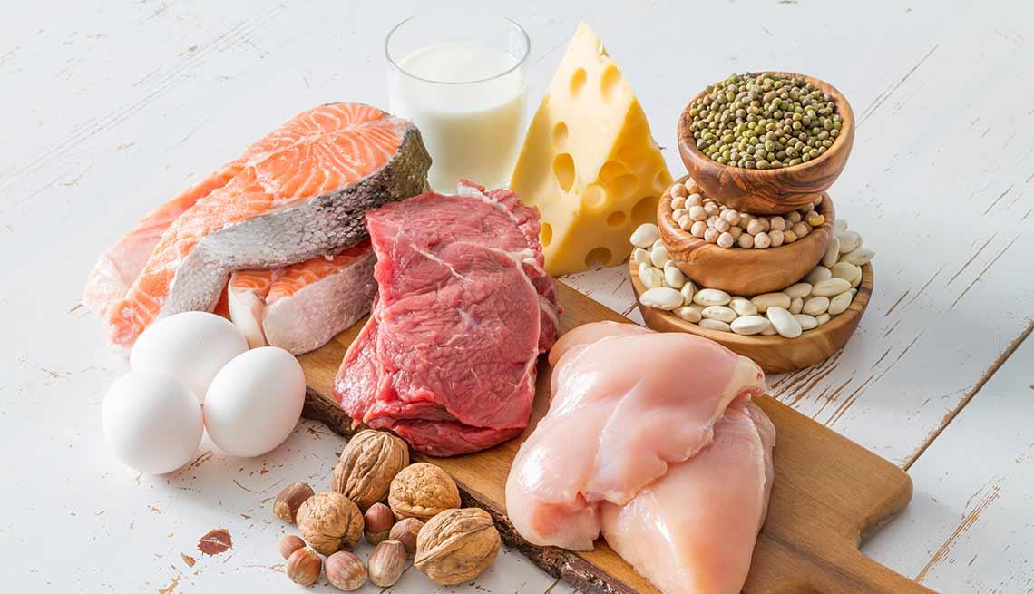 Selección de varios alimentos ricos en proteínas