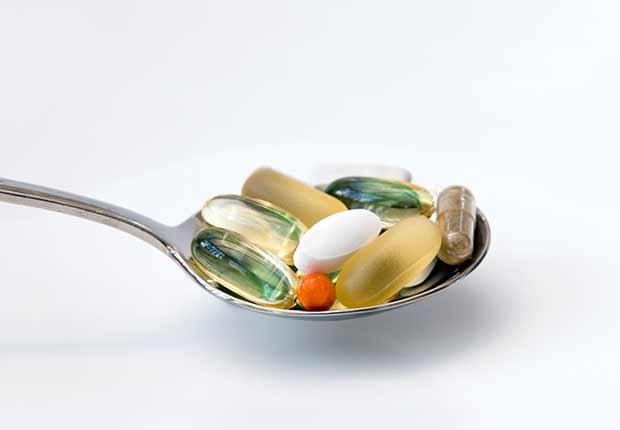 Varias vitaminas en una cuchara