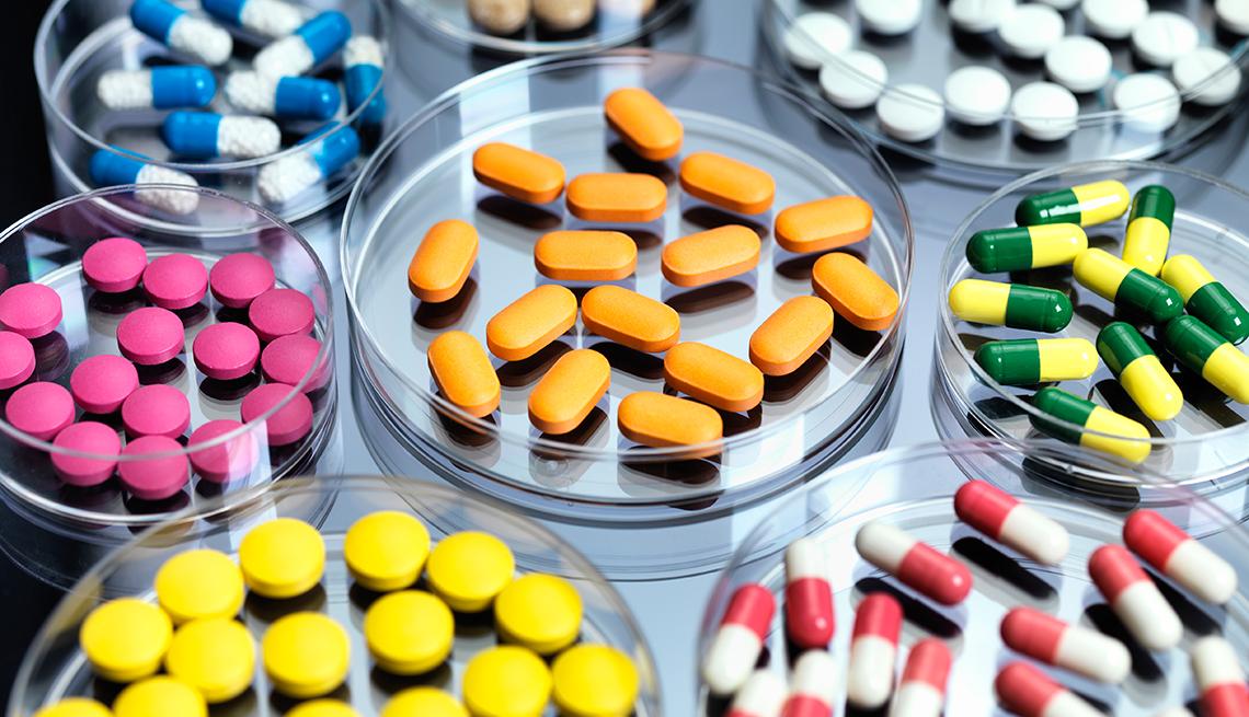 Diferentes pastillas en placas de petri