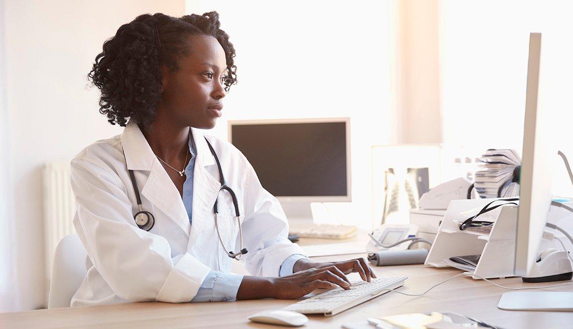 Médico frente a su computador