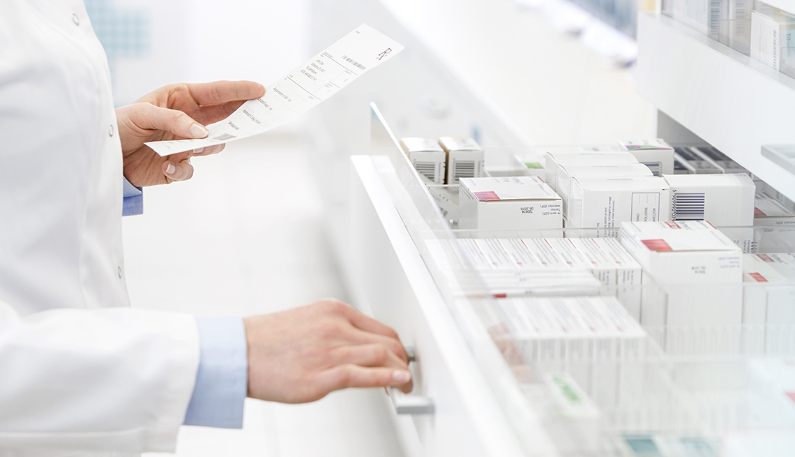 Farmacéutico despachando medicamentos