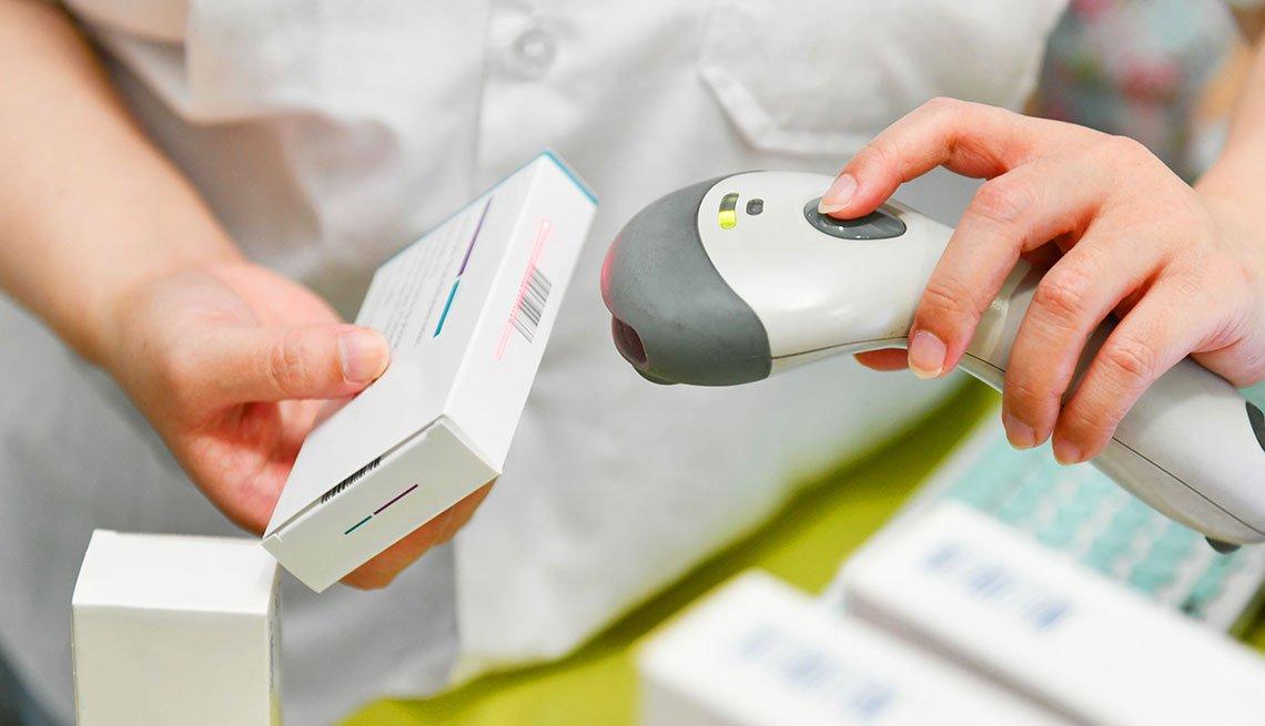 item 2 of Gallery image - Farmacéutico vendiendo un medicamento