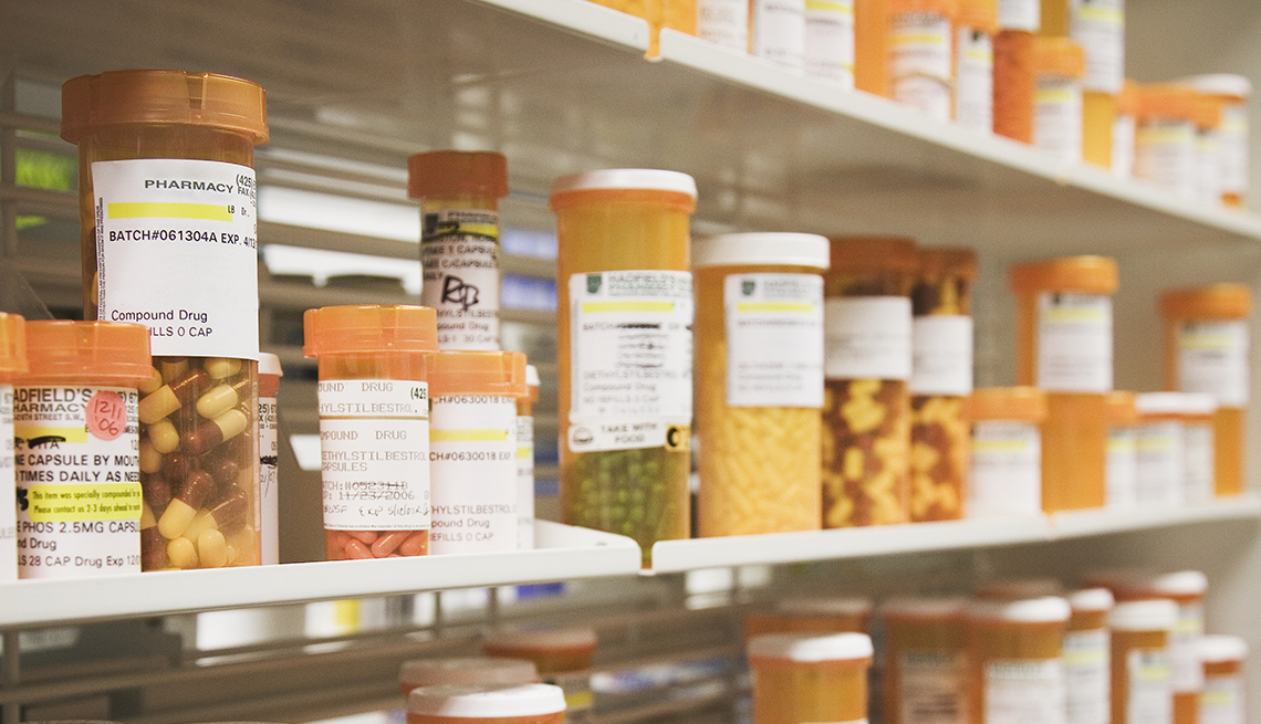 Frascos de medicamentos en un estante