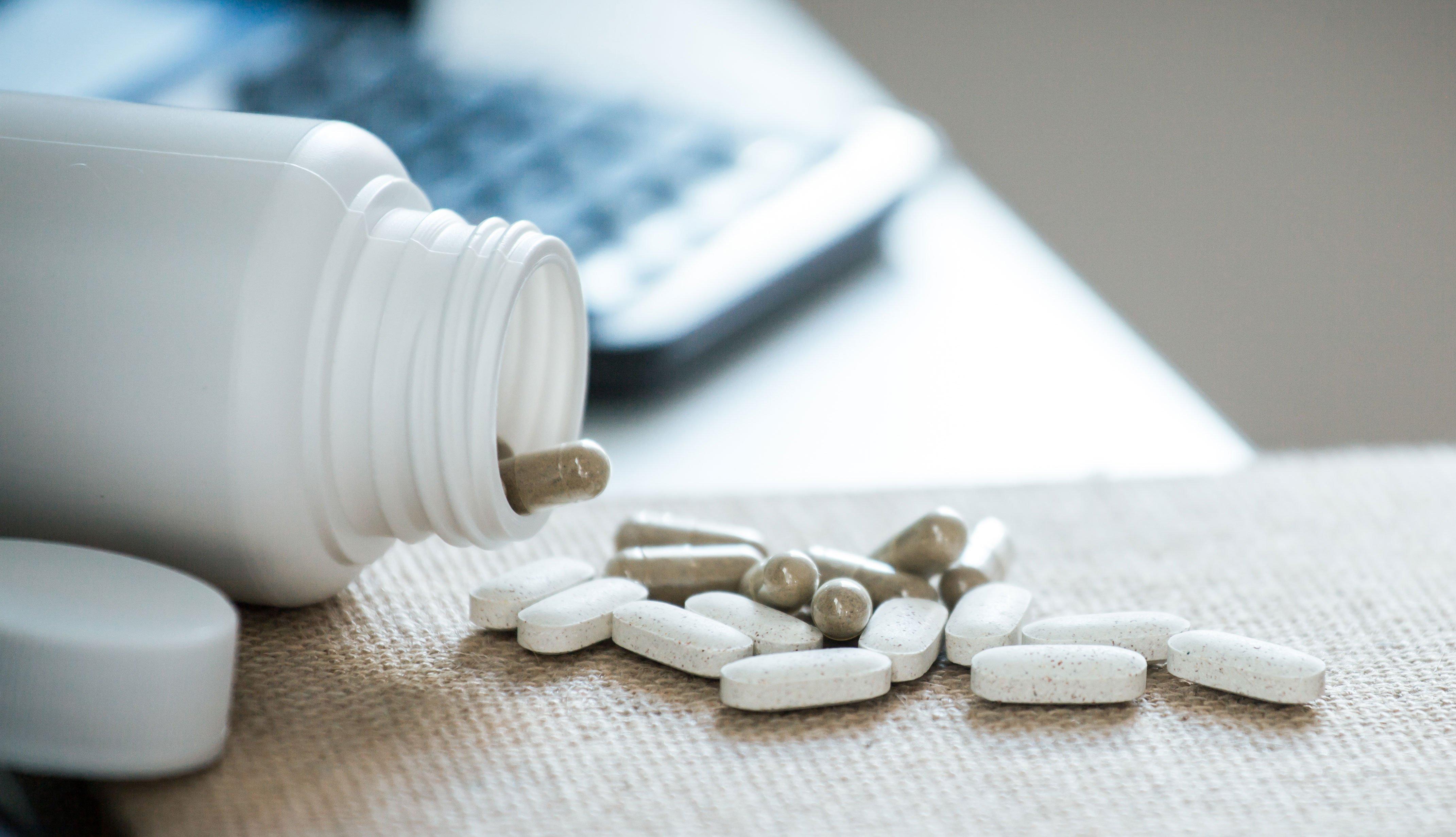 Frasco de pastillas derramado