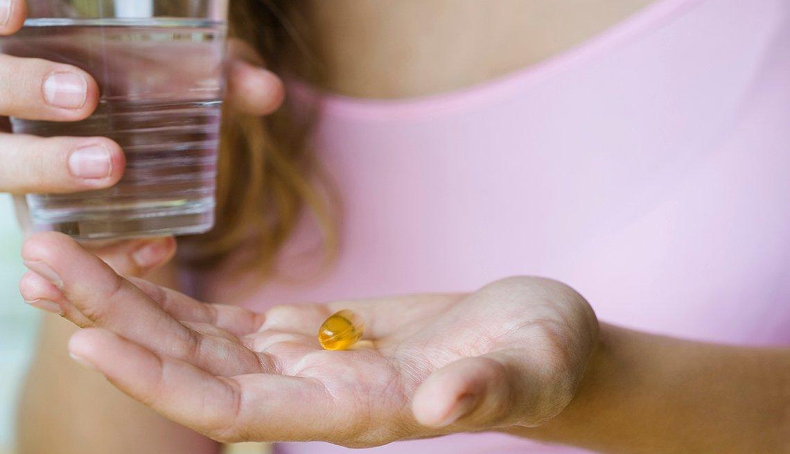 Mujer tomando una vitamina