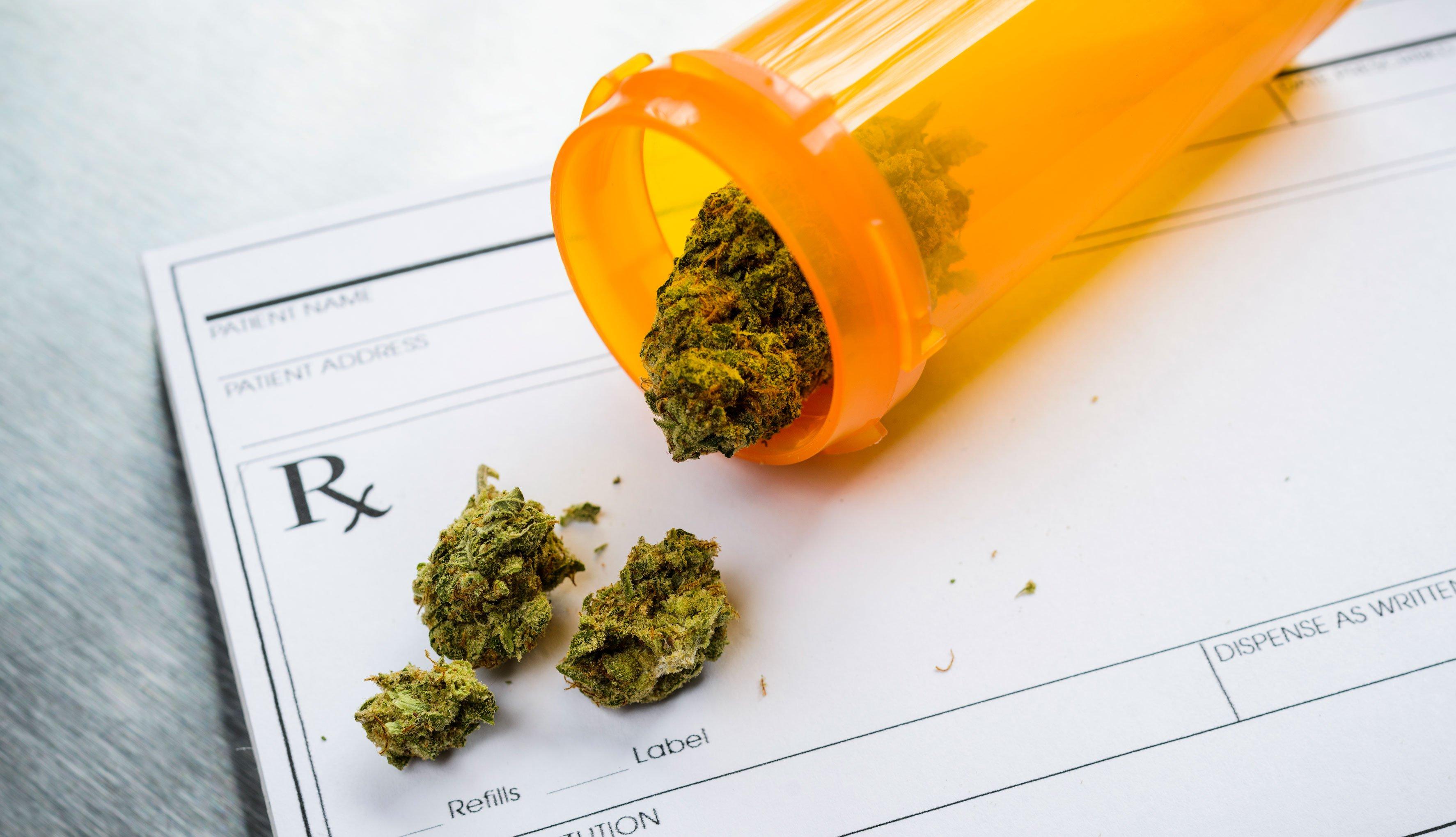 Frasco de medicina con marihuana